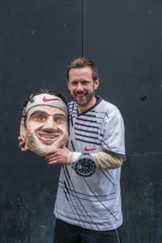 Roland Müller, den Fasnächtlern besser bekannt als Roger Federer, präsentiert seine ausgezeichnete Maske. (Bild: Boris Bürgisser (LZ))