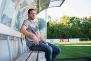 Reto Scherer blickt über «sein» Eizmoos. Trotz bevorstehenden Rücktritts aus der ersten Mannschaft will er sich künftig nicht zurücklehnen. (Bild: Maria Schmid (Cham, 17. Mai 2017))