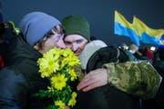 Verwandte und Freunde begrüssen die Freigelassenen am Flughafen in Kiew. (Bild: Stepan Franko / Keystone (Kramatorsk, 28. Dezember 2017))