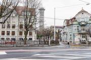 Für die Verbreiterung der Strasse wird die rechte Ecke des Maihof-Schulhausplatzes benötigt. (Bild: Roger Grütter (27. Januar 2018))
