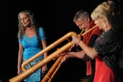 Auch die Formation «Gätzig» mit Christine Lauerburg (links), Hans Kennel und Regina Steiner lockte viele Zuhörer an. (Bild: Urs Hanhart / Neue UZ)