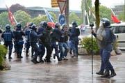 Die Polizei nimmt vier Demonstranten fest. (Bild Thomas Heer)