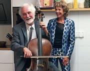 Cellist John DeVore mit Rosmarie Weibel an der Vernissage der Burki-Ausstellung in der Bromer Collection im bernischen Roggwil. (Bild: PD)
