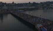 Die Seebrücke in der Dämmerung. (Bild: Screenshot Webcam Luzern Tourismus)
