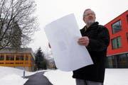 Jürg Dübendorfer, Präsident der Stiftung Pflegezentrum, auf dem Areal des geplanten Neubaus. (Bild Werner Schelbert/Neue ZZ=