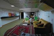 Die Backstage-Räume der Schweiz pendeln zwischen heimelig und Bunkercharme. Von links oben im Uhrzeigersinn: Café Mokka (Thun), Altes Bezirksgefängnis (Hinwil), Sportschützen (Würenlos) und Maiers Theater (Zürich). (Bilder: Beat Schlatter)