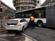 Die Polizisten nehmen den Unfall auf. (Bild: Stefanie Nopper / luzernerzeitung.ch)
