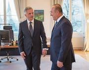 Didier Burkhalter (l.) begrüsst den türkischen Aussenminister Mevlüt Cavusoglu.Bild: Keystone (Bern, 23. März)