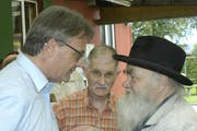 Hans Dolder (rechts), Stadtpräsident Stefan Roth und Rolf Buff (mitte) 2012 anlässlich des 10-jährigen Bestehens des Rontalers Kochclub Chochi-Chäschtli. (Bild Claudia Surek)