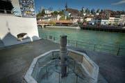 So sah der Zeughausbrunnen beim Historischen Museum aus, nachdem ein 36-jährige Mann auf den Brunnen geklettert war. Die Statue brach ab, der Kletterer starb an den Folgen des Sturzes. (Bild: Pius Amreih / Neue LZ)