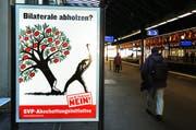 Erinnerungen an den Abstimmungskampf vor einem Jahr: Am Bahnhof Winterthur warnt ein Plakat vor den Folgen eines Ja für die Bilateralen. (Bild: Keystone / Steffen Schmidt (Archiv))