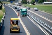 Am Sonntag und Montag wird auf der Baustelle der A2 eine neue Spurführung eingerichtet. (Bild: Corinne Glanzmann / Neue NZ)