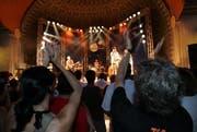 Besucher am Blue Balls Festival vor dem Pavillion am See. (Bild: Archiv Neue LZ)