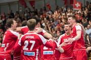 Die Handballer der Schweizer Nationalmannschaft feiern den Sieg im WM-Qualifikationsspiel gegen Estland. (Bild: Ennio Leanza/Keystone (Winterthur, 7. Januar 2018))