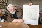 Der in Sempach lebende Künstler Bruno Bussmann mit einem frühen Bleistiftporträt eines Schuhs. (Bild: Roger Grütter (Sempach, 15. August 2017))