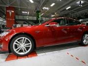 Ein Tesla Model S: die günstigere Variante soll rund 35'000 Dollar kosten. (Archiv) (Bild: Keystone/AP/JEFF CHIU)