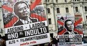 Demonstranten protestieren gegen die Begnadigung des ehemaligen peruanischen Staatspräsidenten Alberto Fujimori. (Bild: Martin Mejia/AP (Lima, 25. Dezember 2017))