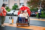Als erstes Pflegeheim in der Zentralschweiz bietet das «Kirchfeld» in Horw für ihre Bewohner Rikscha-Fahrten an. Im Bild: Maria Wey (85) testet mit ihrer Enkelin die neuen Gefährte. (Bild: Manuela Jans-Koch)