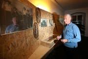 Gody Amstutz geht durch die Ausstellung. (Bild Roger Zbinden/Neue NZ)