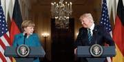 Angela Merkel und Donald Trump tauschten gestern überwiegend Nettigkeiten aus.Bild: Pablo Martinez/AP (Washington, 17. März 2017)