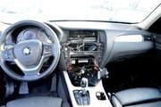 Die Diebe bauten Radios und Navigationsgeräte aus den abgestellten Autos aus. (Bild: Kapo Obwalden)