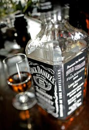 In this May 23, 2005 photo, a bottle of Jack Daniel's whiskey, a Brown-Forman brand, sits on the bar at Nessun Dorma in Milwaukee. Liquor company Brown-Forman Corp. said its second quarter profit edged up 3 percent on strong sales of Jack Daniel's whiskey and boosted its guidance for the full year.(AP Photo/Morry Gash) (Bild: MORRY GASH (AP))