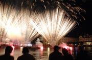 Wer Feuerwerkskörper mit einer Masse von mehr als 1000 Gramm gegen den Himmel schiessen will, braucht ab dem 1.1.2014 einen Ausweis. (Bild: Roger Grütter / Neue LZ)