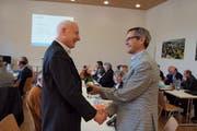 Pius Zängerle (rechts), Präsident von Luzern Plus, verabschiedet Kaspar Widmer (Weggis), einen von acht abtretenden Gemeindevertretern.