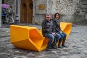 Unbeliebt: Das orangefarbene Plastikmöbel auf dem Kornmarkt wird nicht nur von diesen beiden deutschen Touristen kritisch begutachtet. (Bild: Dominik Wunderli (Luzern, 12. September 2017))
