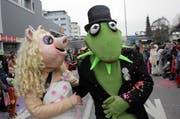 Trotz Fasnacht wurden sie sofort erkannt: Miss Piggy und Kermit. (Bild: Christian Volken / Neue LZ)