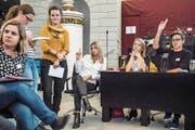 Jugendliche während der 4. kantonalen Jugendsession im Kantonsratssaal. (Bild: Nadia Schärli (Luzern, 27. Oktober 2017))
