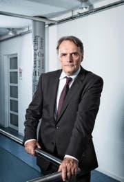 Mario Gattiker (60), Staatssekretär für Migration, aufgenommen an seinem Arbeitsort in Bern. (Bild Marco Zanoni)