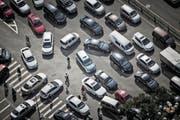 Das Elektrozeitalter in der Fahrzeugbranche ist angebrochen. In der Bildmitte ein Elektrotaxi E6 auf einer Kreuzung im chinesischen Taiyuan. Die Stadt setzt bei ihrer Taxiflotte auf Elektrofahrzeuge. (Bild Qilai Shen/Bloomberg via Getty (Taiyuan, 13. September 2016))