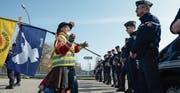 Eine Atomgegnerin spricht während einer Demonstration vor dem Atomkraftwerk Fessenheim mit Polizisten. (Bild: Sébastien Bozon/AFP (Fessenheim, 12. März 2017))