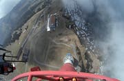 Zuoberst auf dem Sendeturm Rigi: Blick aus gut 90 Metern Höhe in die Tiefe. (Bild: Swisscom Broadcast)