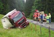 Wegen des Unfalls blieb die Satteleggstrasse bis gegen 17 Uhr gesperrt. (Bild: Kantonspolizei Schwyz)
