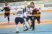 Die Schweizer Streethockey-Nati spielt gegen Italien um den letzten Platz in den Viertelfinals. Im Bild : Michael Giordano (ITA) gegen Ismael Metroz (SUI). (Bild: Maria Schmid / Neue ZZ)