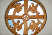 Die christlich-traditionelle Darstellung der vier Evangelisten im Rundfenster von Otto Münch in der reformierten Kirche Mittenägeri. Sie erscheinen als Mensch, Löwe, Stier und Adler. (Bild Stefan Kaiser/ZZ)