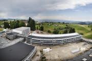 Jene in Menzingen schafft mit dem gegenwärtigen Um- und Ausbau nun Abhilfe. Der Blick vom Dach des neuen Gebäudes zeigt das Ausmass der Baustelle. (Bild: Stefan Kaiser (Menzingen, 18. Juli 2017))