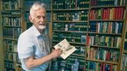 Elmar Elbs zu Hause vor einem Teil seiner Karl-May-Sammlung mit rund 600 Bänden. (Bild: Philipp Unterschütz (Luzern, 18. Juli 2017))
