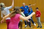 Unter anderem soll der freiwillige Schulsport gefördert werden. Im Bild: David Dimitri (Sohn von Clown Dimitri) bringt den Schülern der Schule Wauwil Gleichgewichtstraining bei. (Bild: Maria Schmid / Neue LZ)
