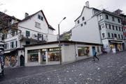 Vom Haus Kolinplatz 21 steht seit dem Brand im Jahr 1999 nur noch das Erdgeschoss. Jetzt wird die Gebäudelücke geschlossen. (Bild: Werner Schelbert / Neue ZZ)