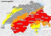 Für die meisten Gebiete der Zentralschweiz wird die Lawinengefahr am Donnerstag als «gross» (rot) oder «erheblich» (orange) eingestuft. Dies entspricht den Gefahrenstufen vier und drei von fünf. (Bild: www.naturgefahren.ch)
