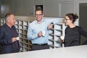 Überregionale Ressorts: Roman Schenkel (Mitte, Leiter) mit Blattmacher Balz Bruder und Auslandredaktorin Isabelle Daniel (Bild: Eveline Beerkircher)