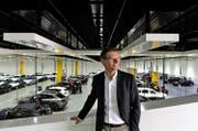 Rolf Galliker, Leiter des Bereichs Car Logistics, vor einer der riesigen Hallen, in denen die Fahrzeuge aufbereitet werden.