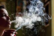 Zigaretten verursachen nach wie vor Rauch. Die rauchlose Zigarette Nicstic konnte nie realisiert werden. (Bild: Keystone)