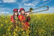 Sandra Boog (rechts, 18) und die 20-jährige Larissa Brunner aus Gunzwil spielen Ende Monat mit der Feldmusik in ihrem Dorf. (Bild Boris Bürgisser)