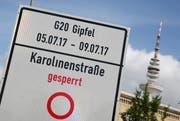 Auf einem Schild wird in Hamburg der G20-Gipfel angekündigt. (Bild: Bodo Marks/DPA (Hamburg, 27. Juni 2017))