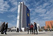 Am Regierungsgebäude in der Hauptstadt hängt zum Jubiläum der Unabhängigkeit eine riesige kosovarische Fahne. (Bild: Visar Kryeziu/AP)