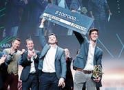 Paul Nicolet (links) und Hugo Moreau gewinnen den ersten Preis mit ihrer Blockchain-Lösung Shield IT. (Bild: Stefan Kaiser (Zug, 22. November 2017))